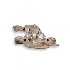Sandalo pelle nudo e borchie oro tacco decoro catena T 20 mm.