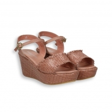 Sandalo pelle intrecciata nocciola zeppa 60 mm. fondo gomma